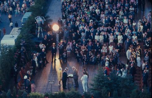 Le général de Gaulle signe le livre d'or sur la terrasse de l'hôtel de ville de Montréal, 24 juillet 1967. Archives de la Ville de Montréal.