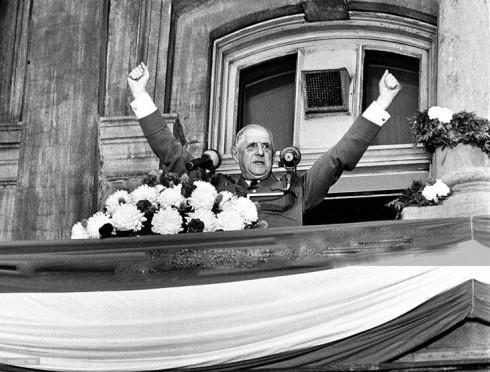 Le général de Gaulle, au balcon de l'Hôtel de ville de Montréal, le 24 juillet 1967.